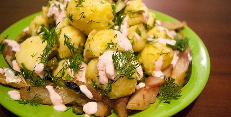Теплый картофельный салат с рыбой от Джейми Оливера