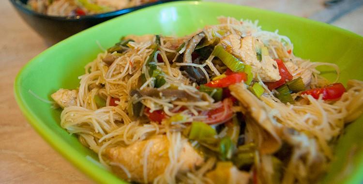 Рисовая лапша с курицей и с овощами
