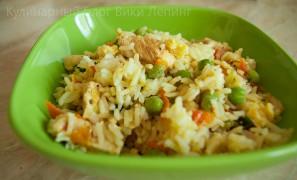 Жареный рис с курицей, с овощами и с яйцом по-китайски