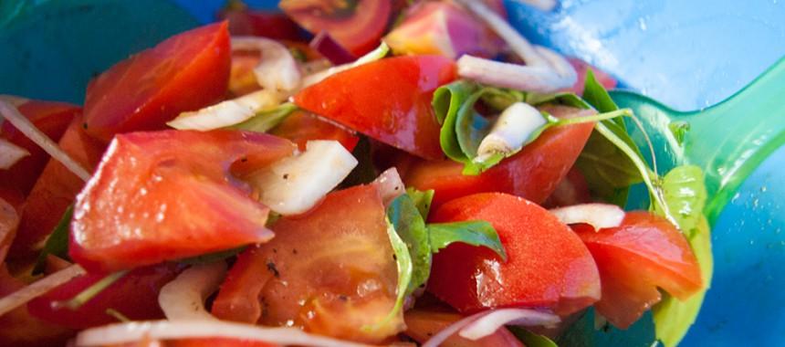 Летний салат из помидоров и базилика