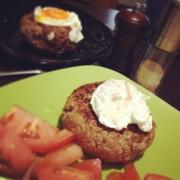 Рубленый бифштекс с яйцом пашот
