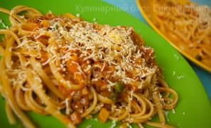 Острая паста с томатным соусом и каперсами