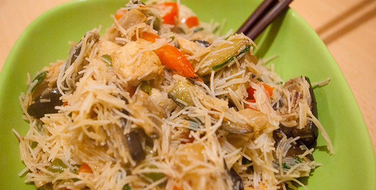 Стир-фрай: рисовая лапша с курицей и овощами