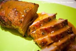Запеченная свинина в духовке с соусом из красного лука