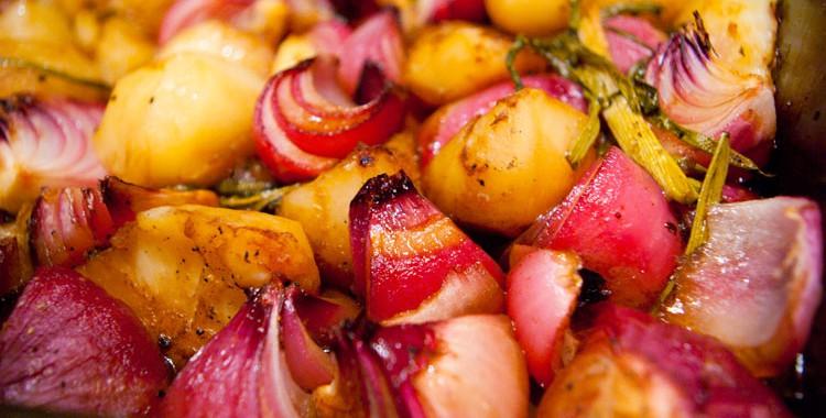Красный лук с картофелем, запеченные в бальзамике