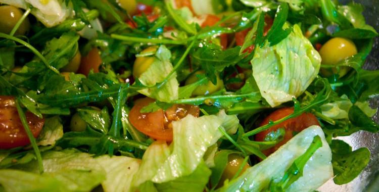 Свежий салат с оливками и помидорами Черри