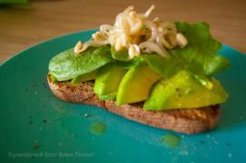 Тост с авокадо, шпинатом и пророщенными соевыми бобами