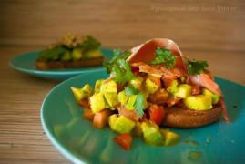 Тост с авокадо и красной рыбой