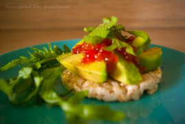 Тост с авокадо и красной икрой