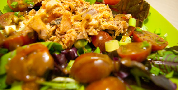 Салат с тунцом и помидорами Черри под соусом Винегрет