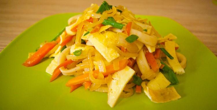 Теплый салат с кальмарами и яйцом-омлетом