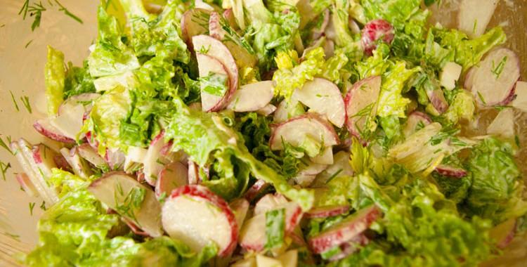 Салат из редиски, яиц и зеленого лука