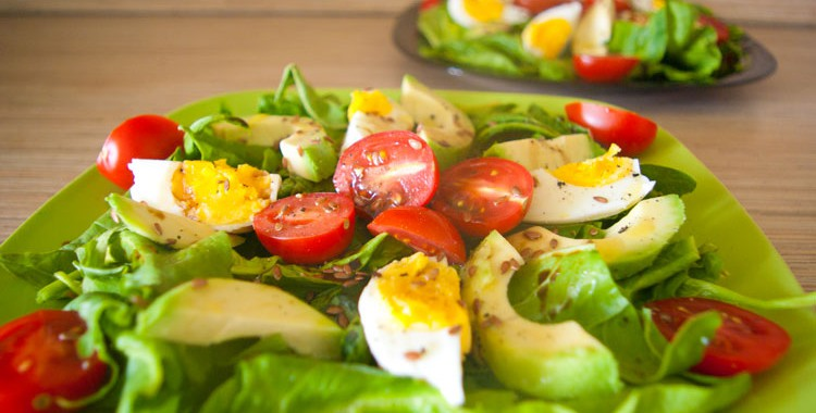 Салат с авокадо, с помидорами Черри и со шпинатом