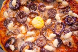 Пицца с грибами, с луком и сыром под чесночным соусом
