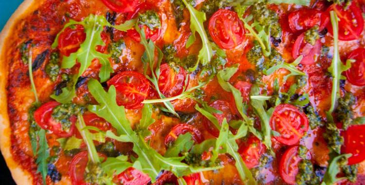 Пицца с помидорами Черри, с рукколой и с соусом Песто