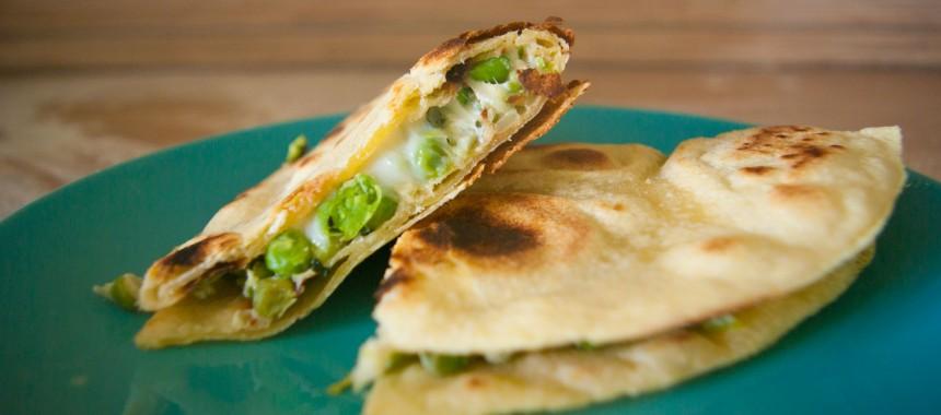 Мексиканская Кесадилья с сыром Фета и свежим горошком