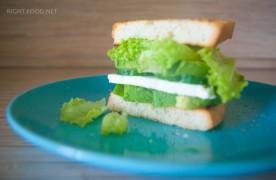 Зеленый сэндвич с сыром, с огурцом и с авокадо