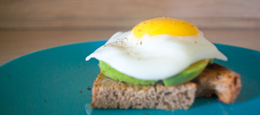 Вкусные тосты с авокадо и с яйцом на завтрак