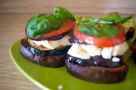 Жареные тосты с сыром, с помидорами и баклажанами