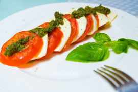 Итальянский салат Капрезе или Моцарелла с помидорами