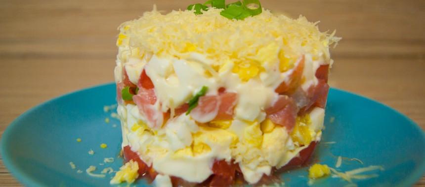 Слоеный салат с красной рыбой, сыром и помидорами