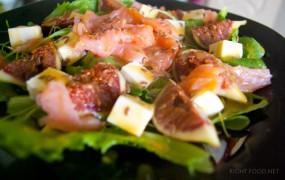 Салат с инжиром, козьим сыром и копченым лососем под соусом Винегрет