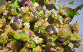 Простой салат из баклажанов с чесноком и луком