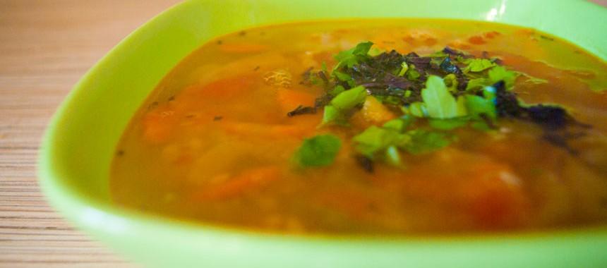 Пряный суп из красной чечевицы с помидорами