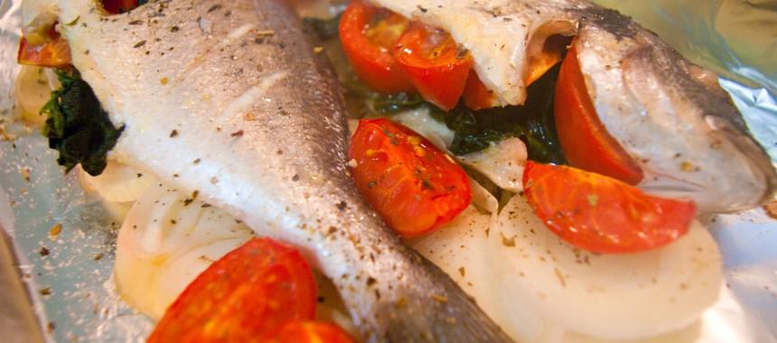 Запеченная рыба со шпинатом и с помидорами