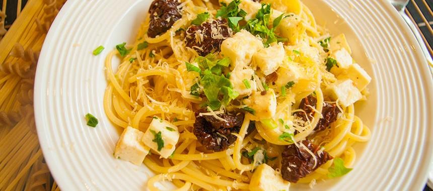 Паста с вялеными помидорами и Адыгейским сыром: рецепт итальянской кухни