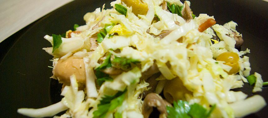 Салат из пекинской капусты с маринованными грибами и оливками