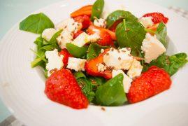 Летний салат с клубникой и козьим сыром: рецепт итальянской кухни