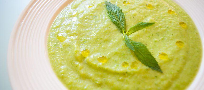 Холодный огуречный суп из авокадо и зеленого горошка с мятой