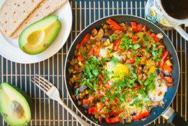 Яичница с овощами: рецепт на скорую руку