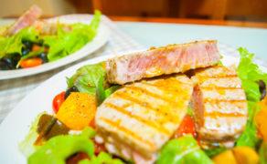 Идеальный стейк из тунца с гарниром из припущенных помидоров и оливок